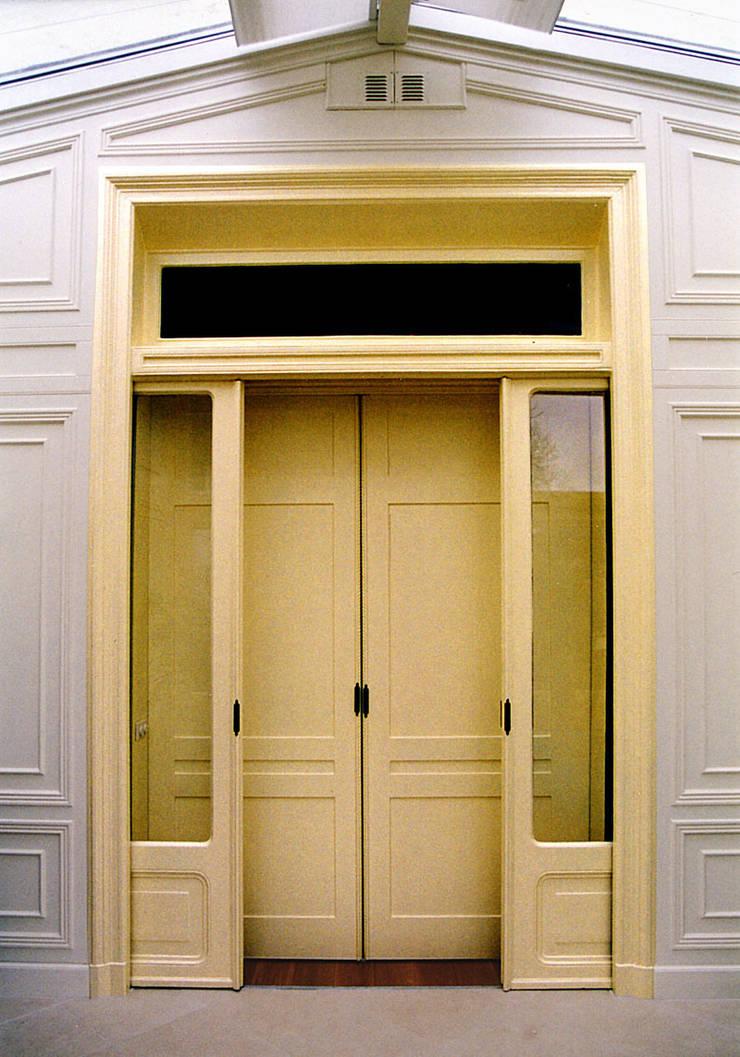 De dubbele schuifdeuren naar de serre: eclectische Serre door ABC-Idee