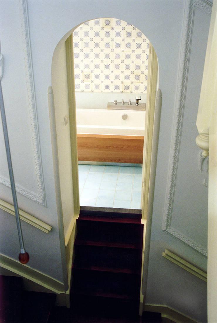 Badkamer vanuit het trappenhuis: eclectische Badkamer door ABC-Idee