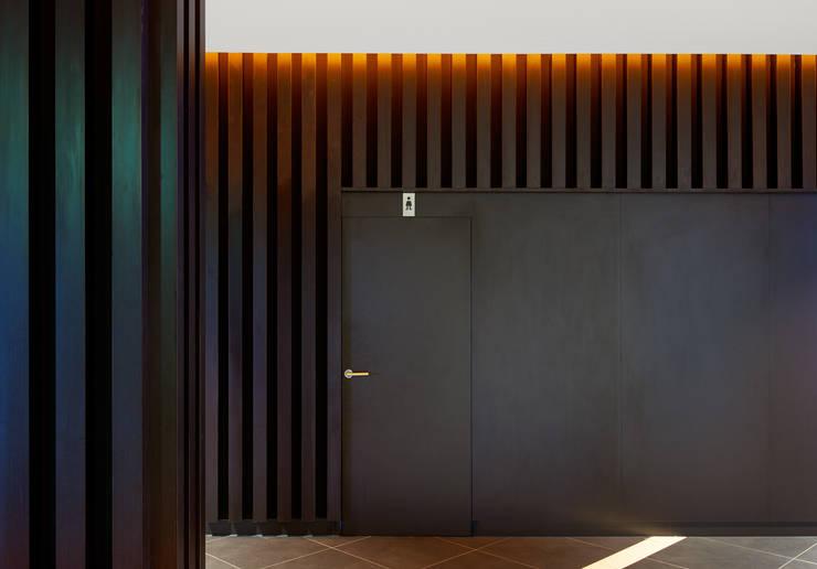 Baño de Señoras: Pasillos y vestíbulos de estilo  de DECONS  GKAO S.L.