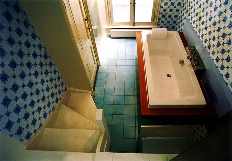 Bad in lager gelegen deel: eclectische Badkamer door ABC-Idee