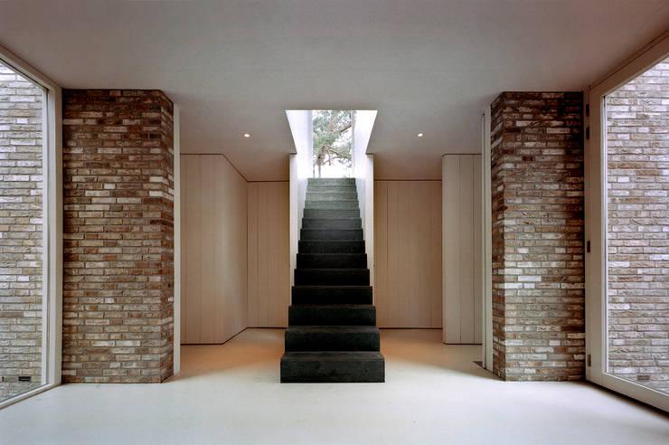 Projekty,  Korytarz, przedpokój zaprojektowane przez paul seuntjens architectuur en interieur