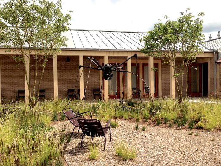 Cloister garden:  Garden by Petherick, Urquhart & Hunt Landscape Consultancy