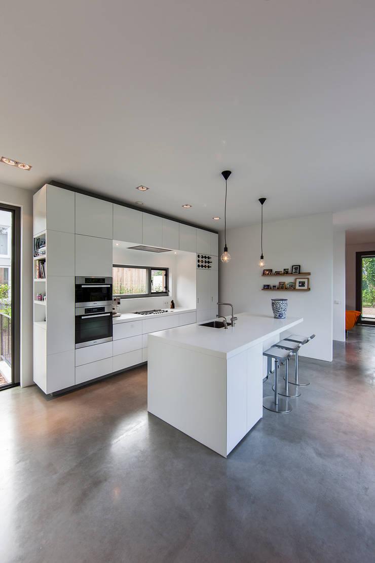 villa Heemstede:  Keuken door paul seuntjens architectuur en interieur, Modern