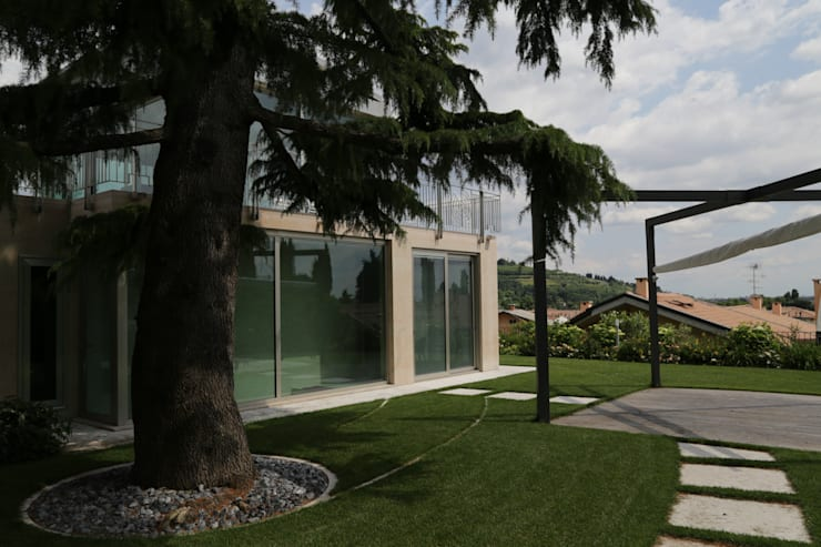 VILLA B: Giardino in stile in stile Moderno di STUDIO DI ARCHITETTURA ZANONI ASSOCIATI