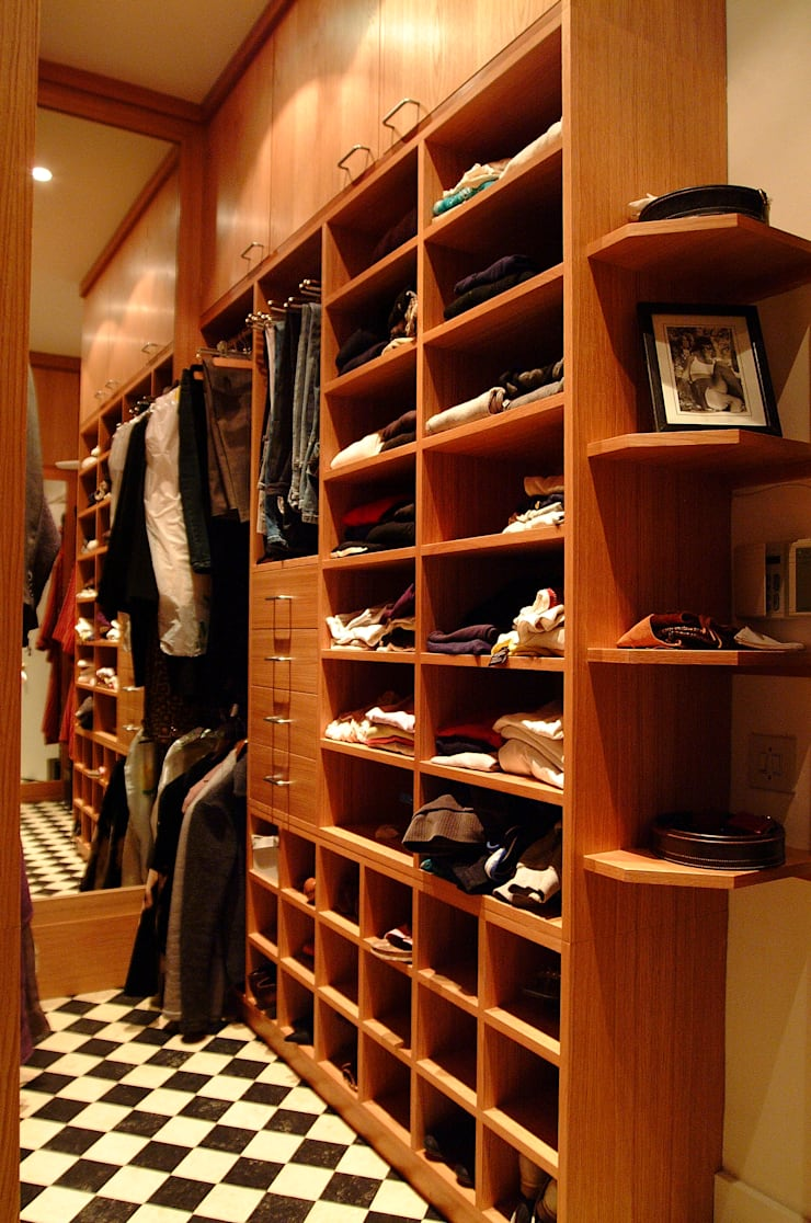 Walk in dressing room - Right hand side:  Dressing room by Martin Greshoff Furniture