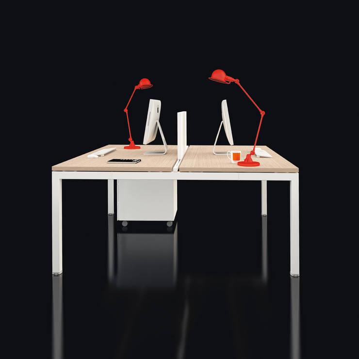 Tavolo condiviso in rovere: Studio in stile in stile Classico di Line Kit