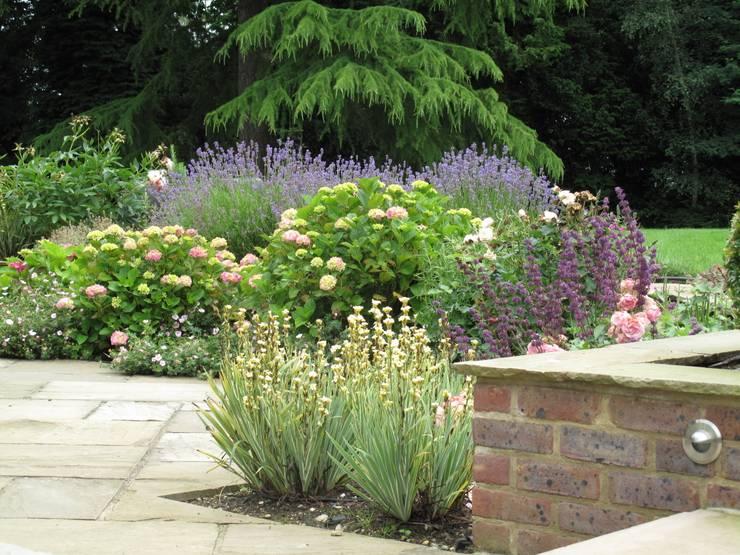 Jardines de estilo rural de Cherry Mills Garden Design