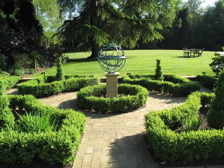 Country Family Garden With Oriental Water Garden: country Garden by Cherry Mills Garden Design