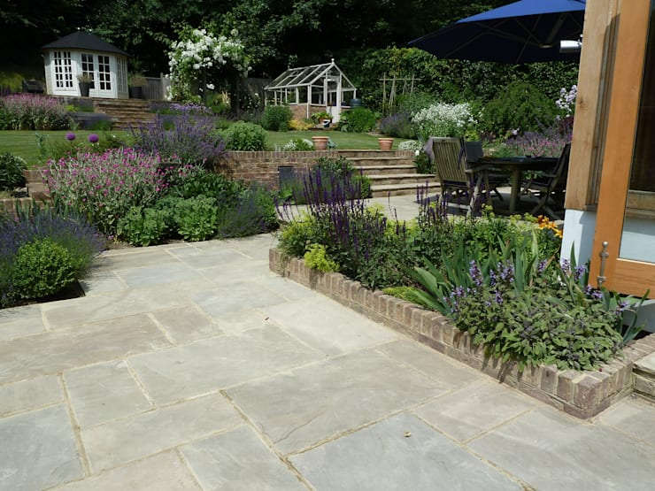 Garden for bees.:  Garden by Cherry Mills Garden Design