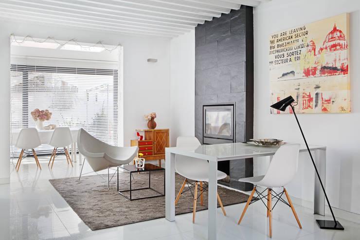 Salón 1: Salones de estilo moderno de emase