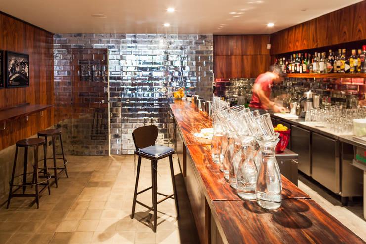 Bar e Sanitários: Espaços gastronômicos  por MM18 Arquitetura,