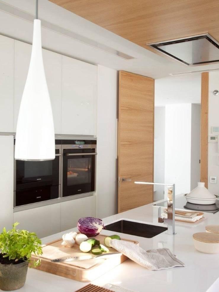 Cocina vanguardista: Cocinas de estilo  de Disak Studio