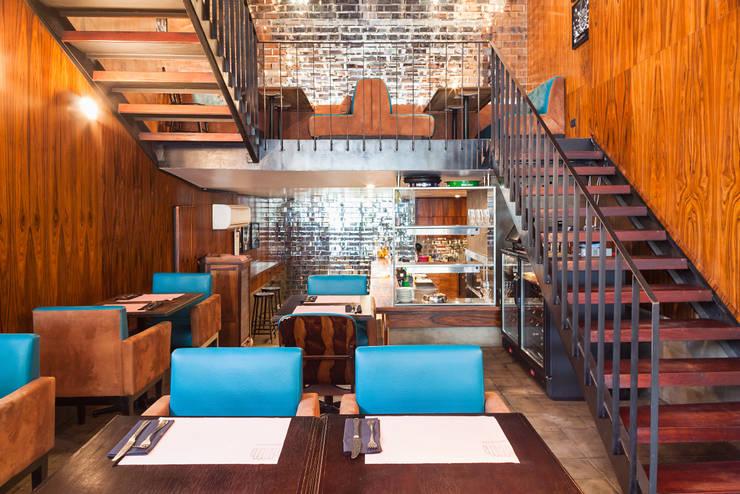Escada para o mezanino: Espaços gastronômicos  por MM18 Arquitetura,