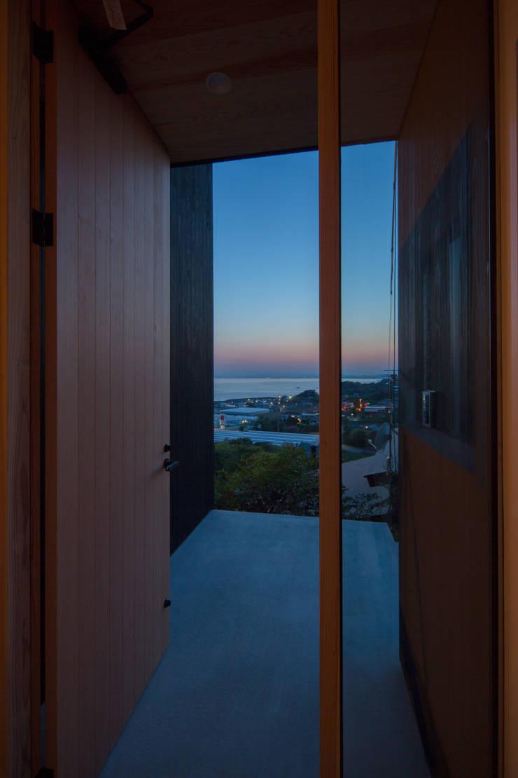 Tei 玄関ポーチ: キリコ設計事務所が手掛けた窓です。,和風