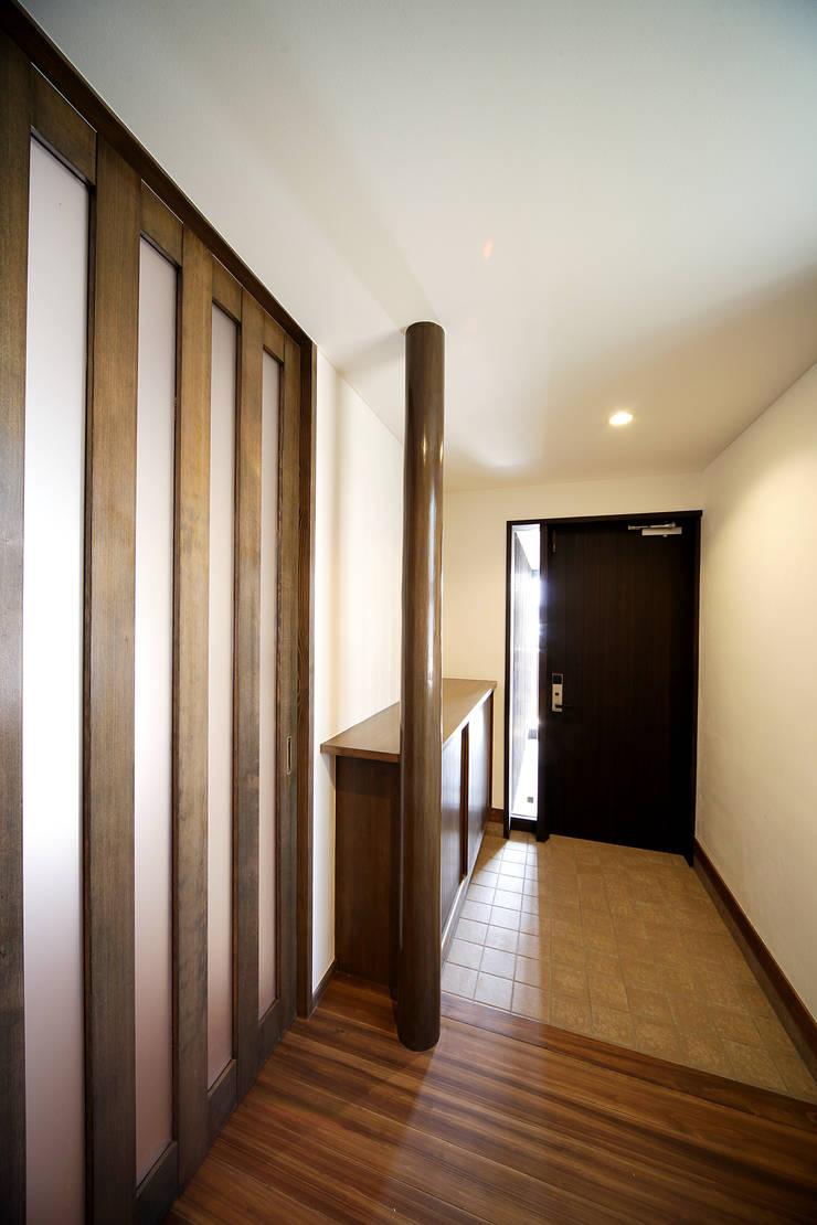 プライベートデッキを囲む家: ㈱カナザワ建築設計事務所/KANAZAWA Architects Design Officeが手掛けた家です。