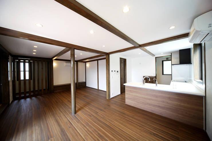 プライベートデッキを囲む家: ㈱カナザワ建築設計事務所/KANAZAWA Architects Design Officeが手掛けたリビングです。