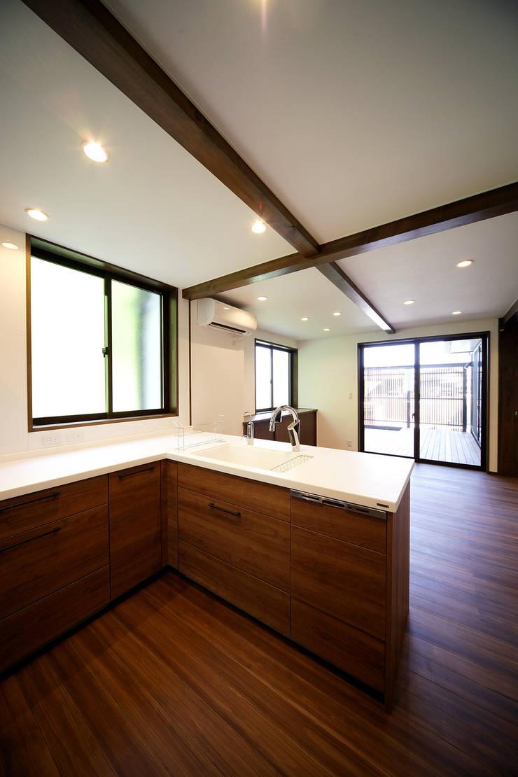 プライベートデッキを囲む家: ㈱カナザワ建築設計事務所/KANAZAWA Architects Design Officeが手掛けたキッチンです。