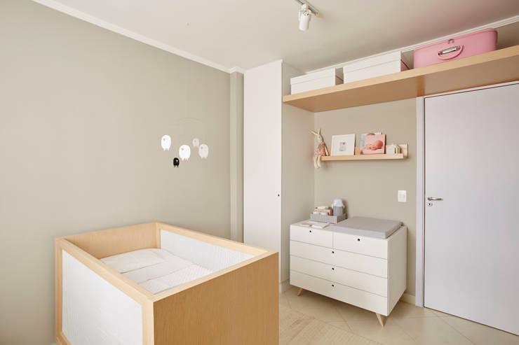Quarto Bebê Menina: Quarto infantil  por studio scatena arquitetura