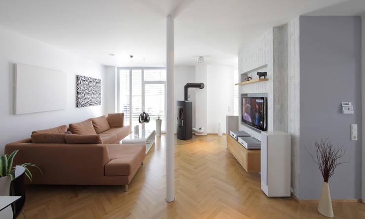 Bild 4: moderne Wohnzimmer von Massiv mein Haus aus Mauerwerk