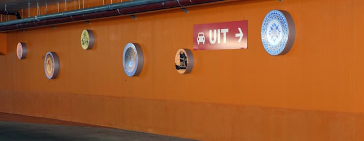 In de parkeergarage zijn licht medaillons gerealiseerd waarin de archeologische opgravingen te zien zijn.:  Garages/schuren door Buro Topia stads- en landschapsontwerp