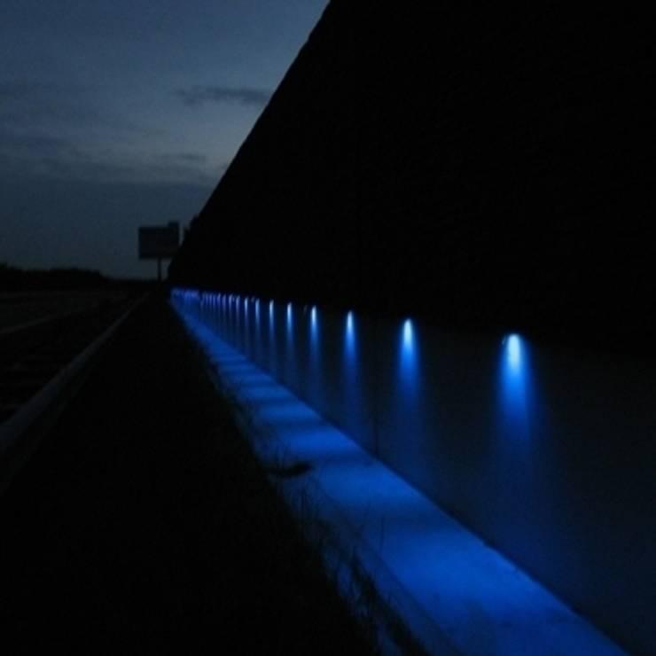 Het geluidscherm in Doetinchem heeft automatisch veranderende verlichting en geeft zo een wisselend beeld.:   door Buro Topia stads- en landschapsontwerp