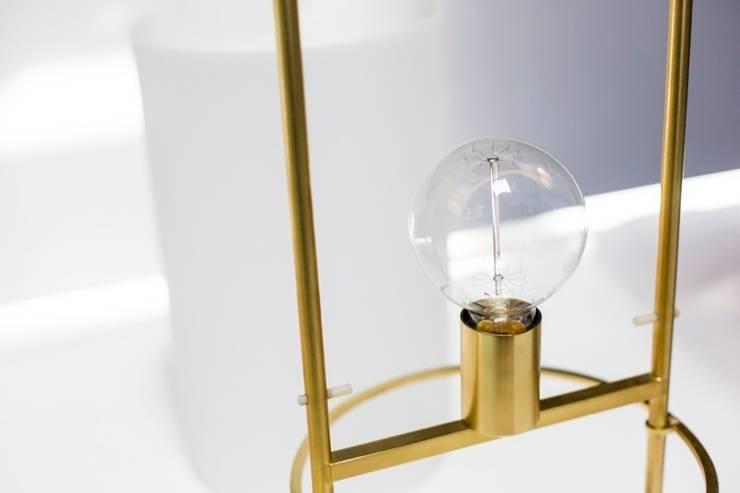 Alistair–sencillez entre la luz y su soporte: Hogar de estilo  de CASTELVECIANA ARQUITECTURA