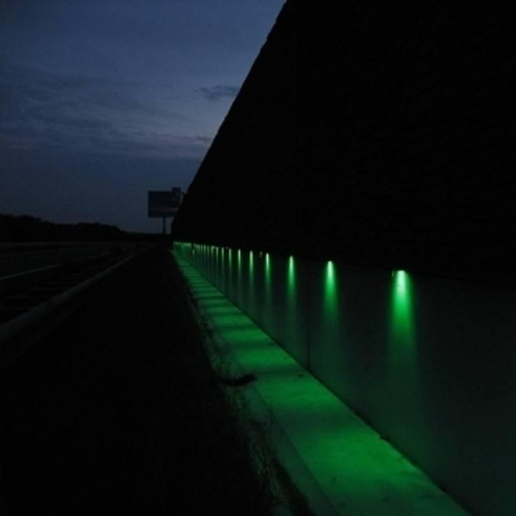 Lichtspel van de Geluidswerende voorziening langs de A18:   door Buro Topia stads- en landschapsontwerp