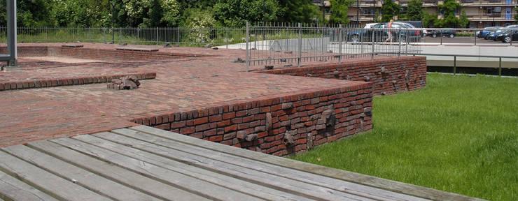 De muren van de burcht zijn in het maaiveld terug gebracht.:   door Buro Topia stads- en landschapsontwerp