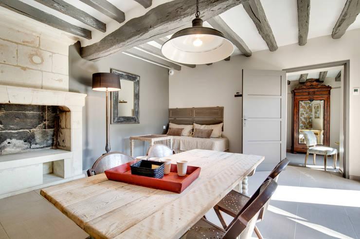 Gite de charme dans la vallée de la Loire: Salon de style  par Hadrien Brunner Photographe d'architecture