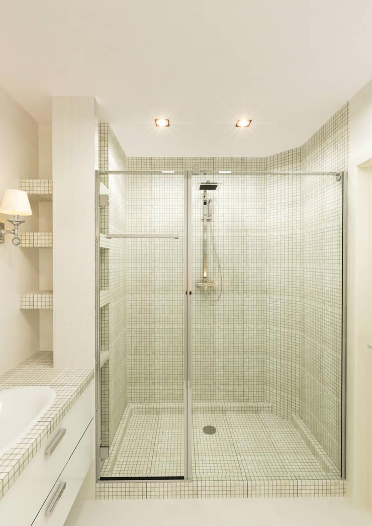 Квартира для девушки: Ванные комнаты в . Автор – Иван Урека, Скандинавский