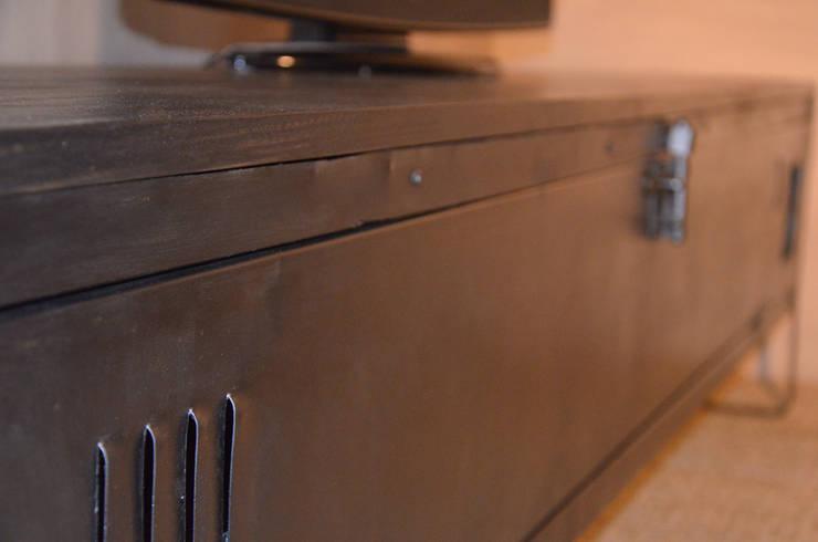 Meuble TV indus', création Hewel mobilier: Salon de style  par Hewel mobilier