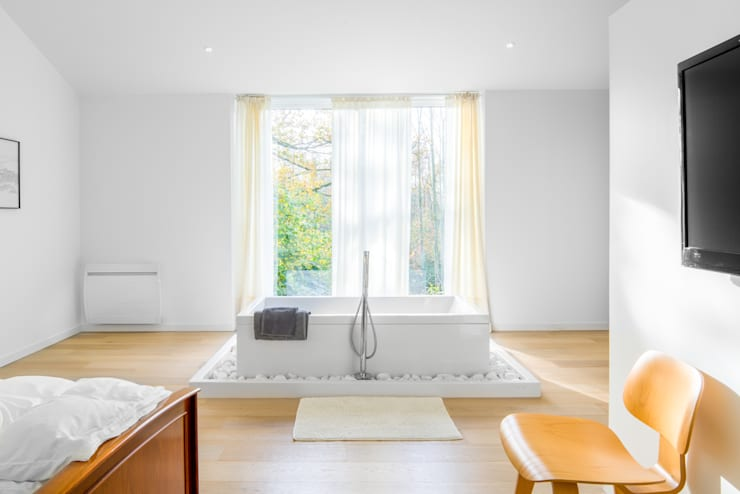 Chambre & Salle de bain - Chalet design en Vendée: Salle de bain de style  par Hadrien Brunner Photographe d'architecture