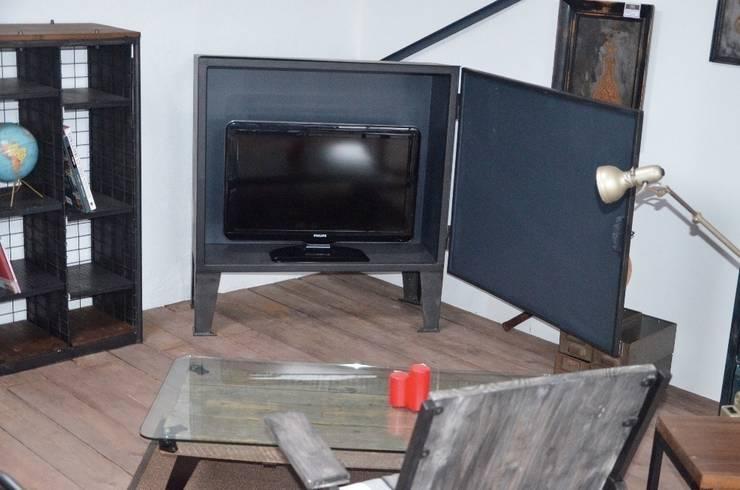 Meuble TV industriel tout métal par Hewel mobilier: Salon de style  par Hewel mobilier