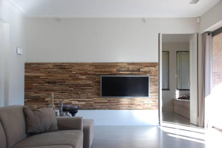 Residential Apartment: moderne Woonkamer door Wonderwall Studios
