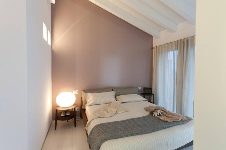 CAMERA MATRIMONIALE: Camera da letto in stile in stile Moderno di marco.sbalchiero/interior.design