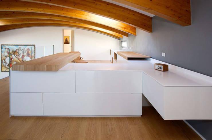 Casa AC: Soggiorno in stile  di davide prandin / architetto