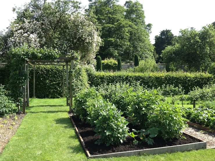 Vegetable garden:  Garden by Roeder Landscape Design Ltd