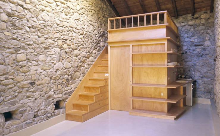 Fienile: Soggiorno in stile  di Pini&Sträuli Architects