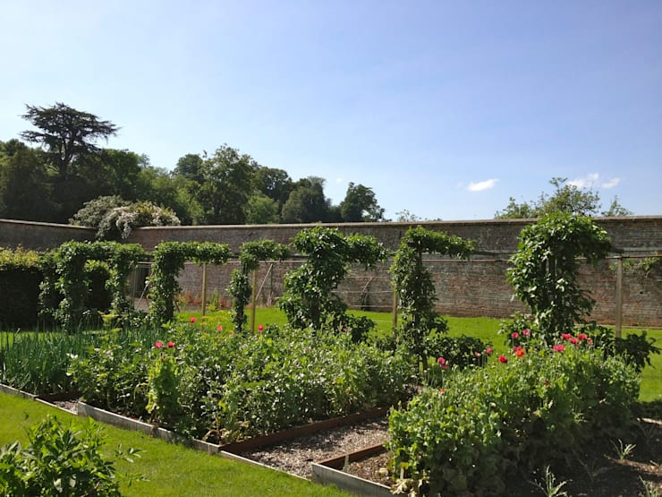 Vegetable garden witihn a country estate: country Garden by Roeder Landscape Design Ltd