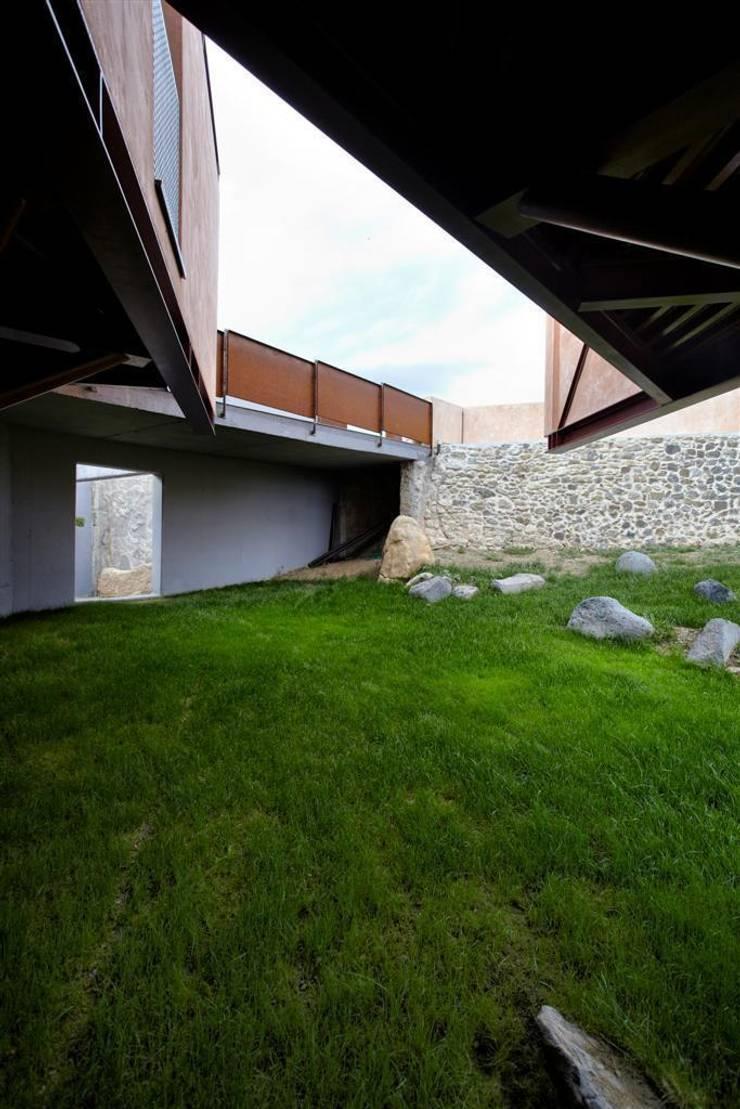 Casa mariposa – vivienda unifamiliar en Besalú: Jardines de estilo  de Miàs Architects