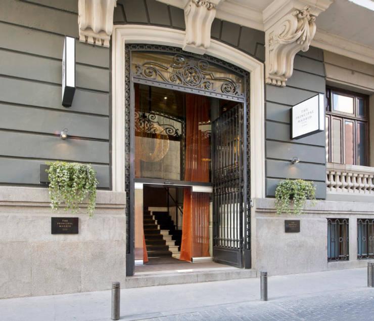 Fachada: Puertas y ventanas de estilo  de LUZIO