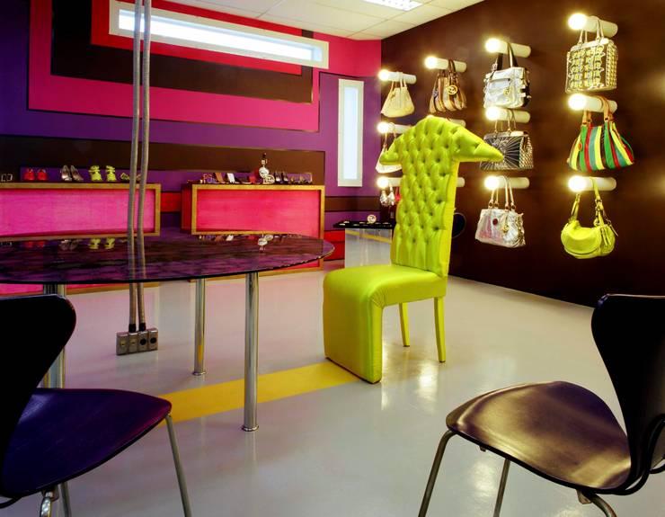 Showroom Pop Noir: Lojas e imóveis comerciais  por MM18 Arquitetura,