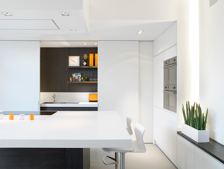 Totaalinrichting stadappartement: minimalistische Keuken door ligne V