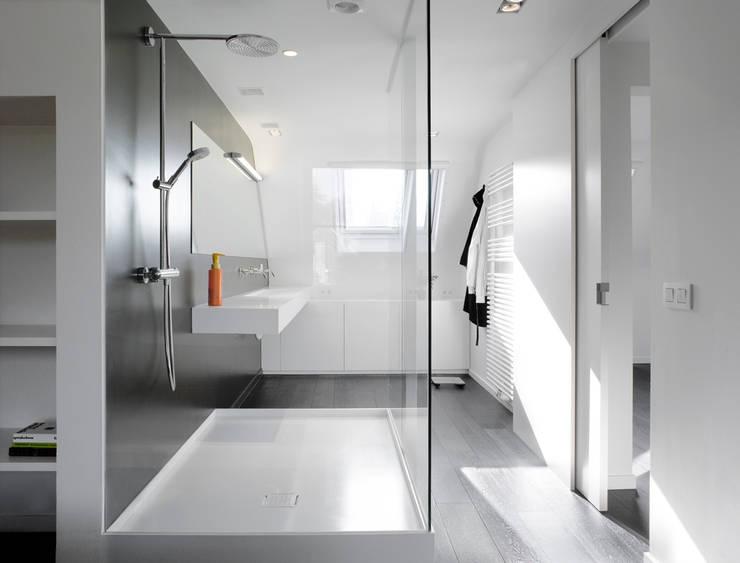 Totaalinrichting stadappartement: minimalistische Badkamer door ligne V