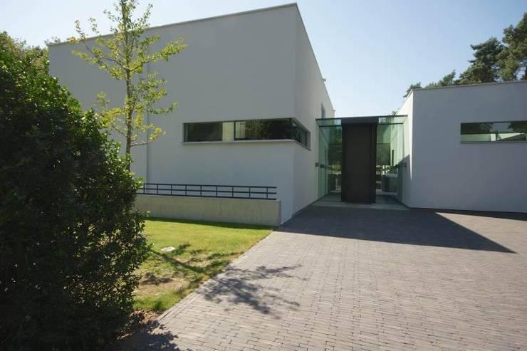 Guesthouse met spa en welness:  Huizen door KleurInKleur interieur & architectuur,