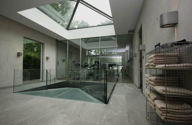 Guesthouse met spa en welness:  Fitnessruimte door KleurInKleur interieur & architectuur,