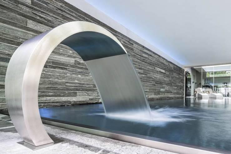 Guesthouse met spa en welness:  Zwembad door KleurInKleur interieur & architectuur,