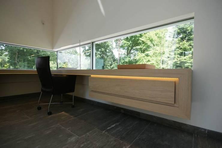 Guesthouse met spa en welness:  Studeerkamer/kantoor door KleurInKleur interieur & architectuur,