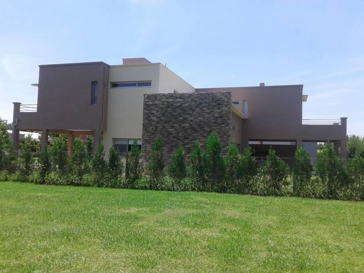 Vivienda Unifamiliar en el barrio El Mirasol, Localidad de Pilar, Buenos Aires: Casas de estilo  por Inca Arquitectura
