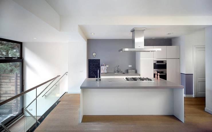 de keuken: moderne Keuken door Architectenbureau Vroom
